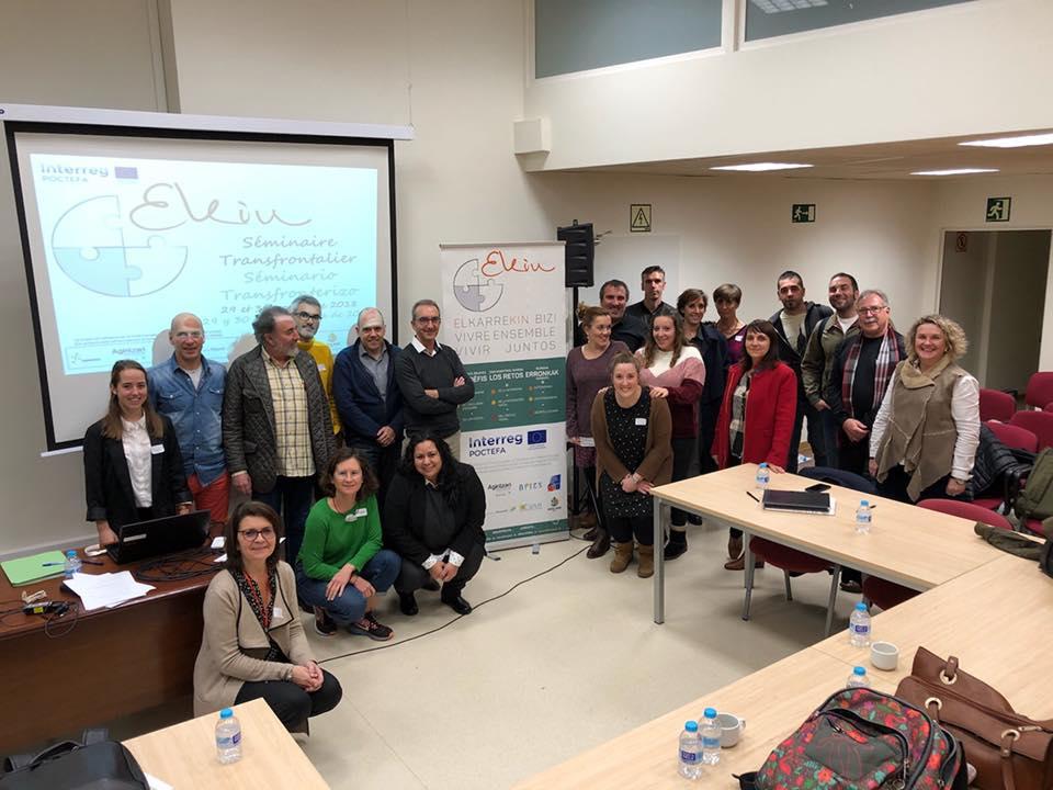 21 de las personas de las entidades participantes en el seminario de Bilbao del mes de noviembre, posan junto a la imagen de marca del proyecto EKIN.