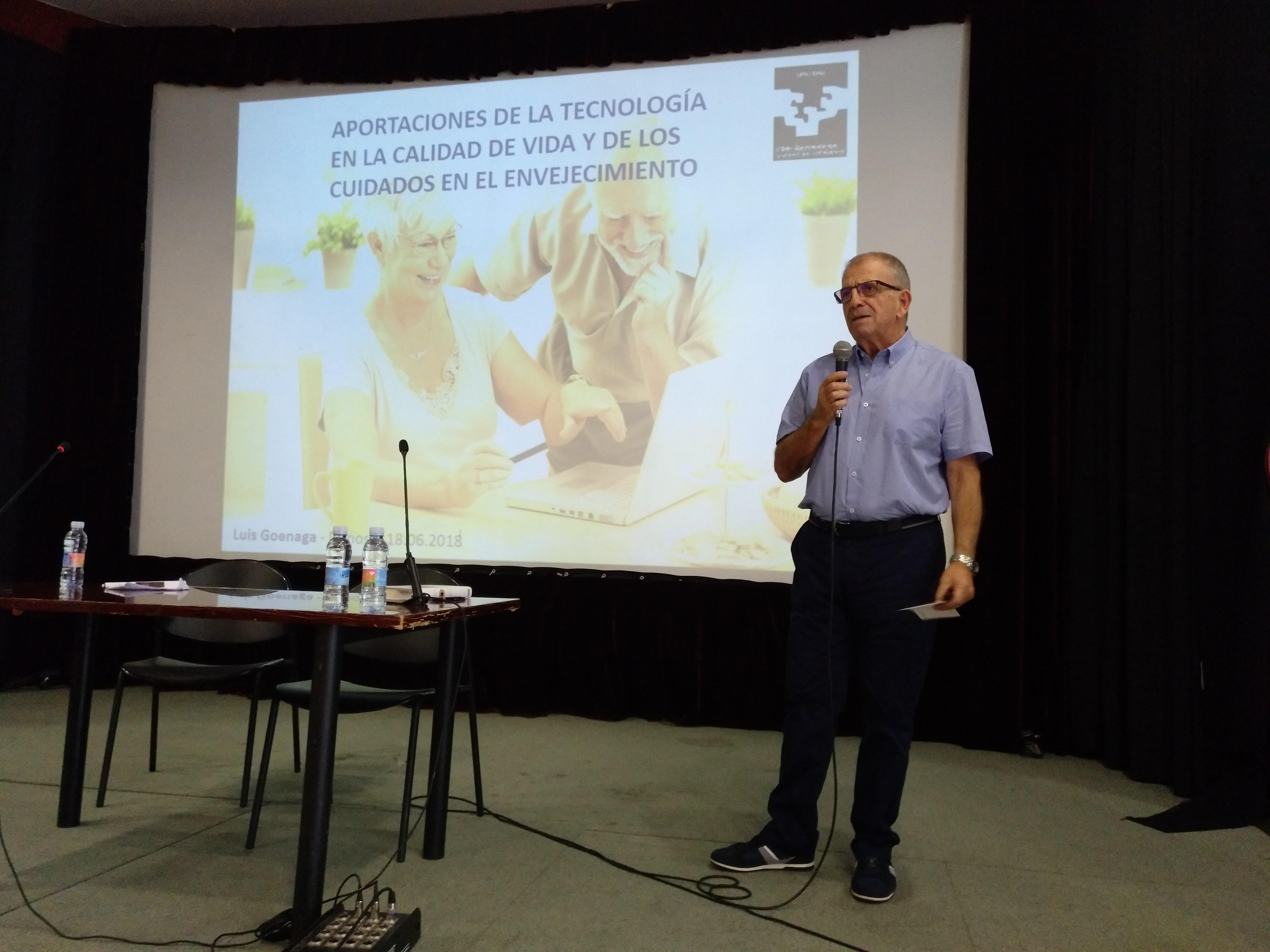 Luis Goenaga compartiendo sus reflexiones en el curso de verano
