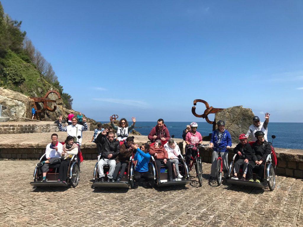 Salida triciclos de Bizikleta Adinik Ez en el proyecto EKIN: el grupo en el Peine del Viento de Donostia
