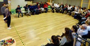 Personas sentadas en U y mirando a Eva Salaberria y a Adriana Martínez presentar la sesión
