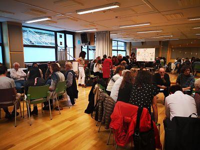 Participantes en el taller, trabajando en grupos.