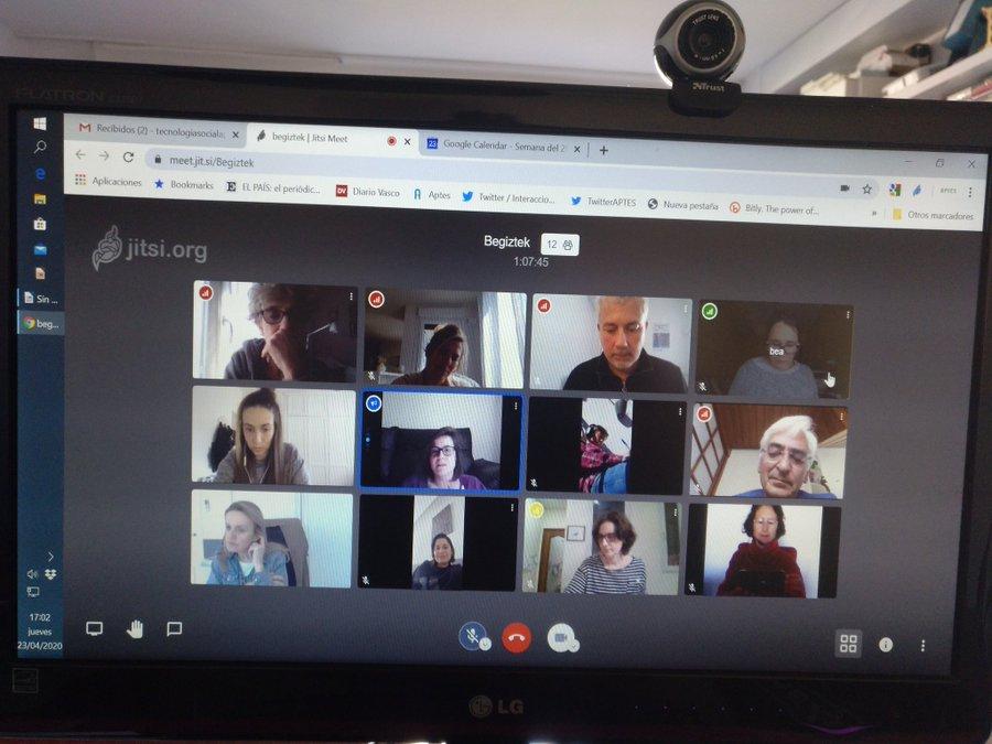 Pantalla de ordenador con cuadrículas en las que aparecen personas conectadas en una videoconferencia.