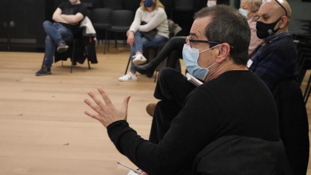 Participante con mascarilla en el taller de exploración de Amara Berri.