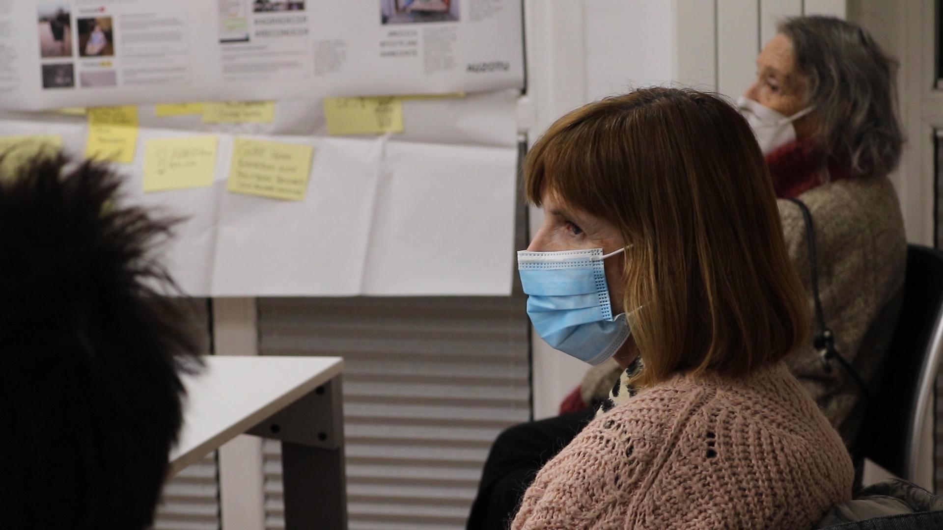 Perfil de una de las participantes con mascarilla en el taller de exploración de Saiaz.
